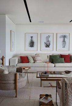 A designer de interiores Roberta Devisate foi convidada pela moradora desse apartamento de 340 m2, no Rio de Janeiro, para cuidar especificamente da decoração. A reforma, base do projeto, foi executada pelo escritório do arquiteto Thiago Bernardes. Há cerca de 6 anos a designer reformou por