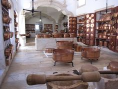 Cozinha do Palácio de Vila Viçosa. Cozinha construída durante o reinado de D.João V, primeira metade do séc. XVIII. Divide-se em 3 espaços, Assador, Forno e zona de preparação dos alimentos.