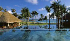 #Maurice #BelleMare . Au sud-ouest de l'océan Indien, l'île Maurice est une île paradisiaque où se côtoient sable couleur ivoire, végétation tropicale et lagons turquoise. Membre des « Relais & Châteaux », l'hôtel Constance Belle Mare 5* est un concept un