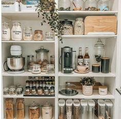 Kitchen Pantry Design, Home Decor Kitchen, Home Kitchens, Beach House Kitchens, Kitchen Organization Pantry, Home Organisation, Organizing Ideas, Organized Pantry, Pantry Ideas