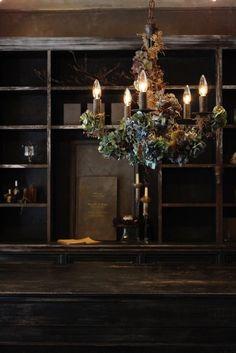 ジィール シャンデリア/シャンデリア(アイアン製) アンティークブルー。重厚感のあるアイアン製のシャンデリアに シックなブルーのアンティークあじさいや実もの、 蔦などで装飾したシャンデリア。古びたアンティークな雰囲気漂うアンティークゴールドのシャンデリア。約一か月でオーダー制作いたします。