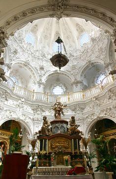 IGLESIA DE NUESTRA SEÑORA DE LA ASUNCION.- El Sagrario, una de las obras maestras del barroco español, fue realizado por Francisco Javier Pedrajas, entre 1772 y 1784, y es Monumento Nacional desde 1932. Impresionante cúpula.