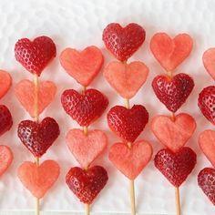 Lavez et équeutez les fraises. Piquez-les sur des petites brochettes. Faites cuire le sucre en poudre dans une casserole avec avec l'eau. Lorsque le mélange commence à faire des bulles, plongez-y les fraises une à une. Égouttez, placez sur un plateau recouvert de papier sulfurisé et laissez sécher avant de déguster.