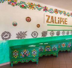 """Em Zalipie, a 'vila pintada' da Polônia. São cem anos de tradição de pintar e decorar casas, utensílios domésticos, móveis, poços de água, e tudo o que puder ser pintado. Por causa da paixão dos artistas locais, e da necessidade de expressão criativa, todos os anos acontece a competição """"Painted House"""" (Malowana Chata). Fotografia: ilvic no Flickr."""