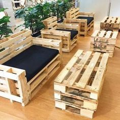 Pallet sofa - build your own sofa from wooden pallets:Granted, pallet furniture is very much in vogue. But, that really great on a homemade pallet sofa? Not only that you can customize a sofa made of wooden pallets individually to your needs and room Pallet Furniture Designs, Wooden Pallet Projects, Wooden Pallet Furniture, Pallet Sofa, Woodworking Projects Diy, Pallet Ideas, Wood Pallets, Home Furniture, Furniture Ideas