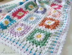 FREE FLOWER DIAGRAM ~ @ http://tillietulip.blogspot.com/2012/06/to-beg-chain-ch-5-and-join-to-form.html  ~ FREE GRANNY SQUARE @ http://tillietulip.blogspot.com/2012/06/adding-rounds-to-daisy.html  ~ Daisy Blanket