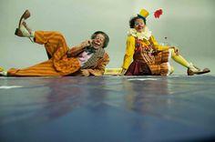 """Na """"Palhaçatura"""" o artista Teófanes Silveira, o palhaço Biribinha, é quem comanda o batismo da turma nos palcos"""