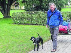 """Andreas Eller ist mit seiner Hündin Tinka (er hat sie - völlig verwahrlost - von einer seiner Auslandsreisen mitgebracht) 1.300 km quer durch Deutschland gelaufen, unter dem Motto """"Tinka läuft für Straßenhunde"""". Die beiden, der ehemalige Architekt und sein Hund, sammeln dabei bzw. bei solchen Aktionen Spenden für Straßenhunde und machen somit auf ihr schweres Los aufmerksam... http://www.andreaseller.de/projekt-tinka-lauft-fur-strasenhunde/"""