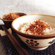 This is a Japanese food .  Sprinkle bonito. It is a rice topping .