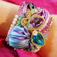 Dettaglio del bracciale embroidered shibori silk e soutache.