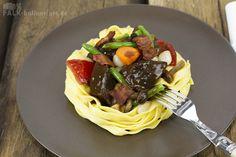Bœuf bourguignon Sous-Vide gegart mit frischen Tagliatelle, Stockschwämmchen und Speck