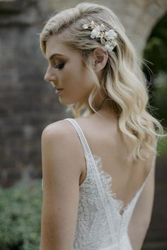 This utterly romantic bridal hair comb by Tania Maras embodies our enduring love for Mother Nature. It features bud-like pearl elements nestled amongst sculptural blooms. Hair Comb Wedding, Wedding Hair Pieces, Headpiece Wedding, Bridal Headpieces, Bridal Comb, Pearl Bridal, Wedding Pins, Free Wedding, Wedding Makeup