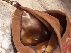 Detalle del interior de la bandolera de Antelina marrón camel