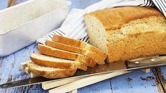 Lämmitä vesi-öljyseos kädenlämpöiseksi. Liuota hiiva seokseen. Lisää suola, leipämausteet ja jauhoseos. Sekoita tasaiseksi taikinaksi. Laita taikina hyvin lämpöä siirtävään foliovuokaan (1,5 l). Kohota lämpimässä paikassa peitettynä n. 30 minuuttia.