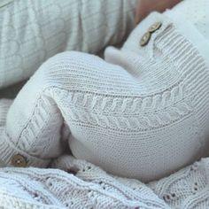 Ei herlig lita bleierumpe i minstenbuksa :) #klompelompe #klompelompebok2 #minstenbukse cutest little baby pants :)