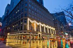 Fifth Avenue - Quinta Avenida - New York - EUA / Uma das regiões mais populares de Manhattan que concentra lojas de marcas como Apple, Saks Fifth Avenue e Tiffany & Co é o endereço comercial mais caro do mundo. Quem quiser manter um ponto de venda ali deve desembolsar € 33.800 mil por metro quadrado ao ano, com um aumento médio de 3,6% no preço do aluguel.