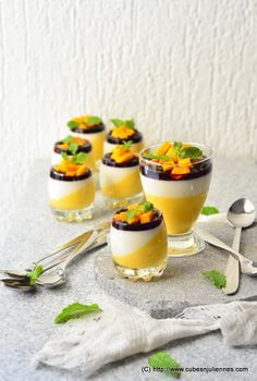 Panna Cotta de Mango y Yogur de Vainilla con Salsa de Arándanos Balsámica / Mango and Vanilla Yoghurt Panna Cotta with Balsamic Blueberry Sauce