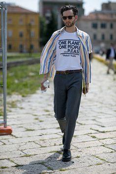 半袖ストライプシャツ×グレースラックス×黒ダービーシューズ | メンズファッションスナップ フリーク | 着こなしNo:118173