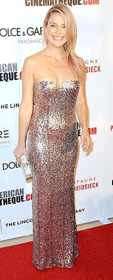 Modeling her brand new pink tresses, Kate Hudson walked the carpet in a sequined, ombre column dress by Jenny Packham.