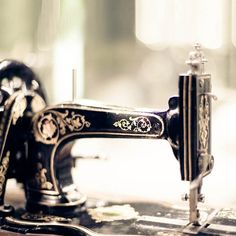 old sewing machine, incredible, my mom used to have one like this but I've got no clue where it's now