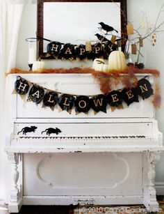 Cute ideas for Halloween, stencil pumpkins, Happy Halloween banner, trick or treat bag. It's Halloween! Retro Halloween, Spooky Halloween, Table Halloween, Holidays Halloween, Halloween Crafts, Halloween Party, Halloween Printable, Classy Halloween, Outdoor Halloween