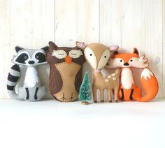 This listing is for four felt woodland forest stuffed animal hand sewing patterns: a fox, a deer, an owl, and a raccoon.                                                                                                                                                                                 Mais