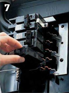 Instalaciones eléctricas residenciales - Enchufando interruptor automático en centro de carga
