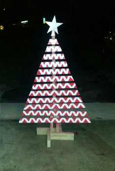 Painted wood pallet christmas tree