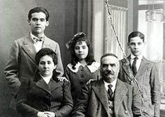 Su familia: Los padres de Lorca eran Vicenta Lorca Romero y Federico García Rodriguez. Su hermana Concepción y su hermano Francisco. Federico García Lorca parado a la derecha.