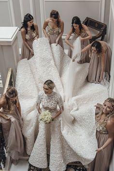 Vestido de noiva de Camila Carril - modelo glamuroso com saia volumosa e cauda longa, blusa com transparências, gola alta e manga curta - com aplicações de guipure branca com forro off white ( Fotos: Tali Photography | Vestido: Ashi Studio )
