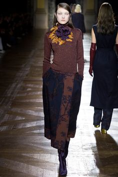 Dries Van Noten Fall 2015 Ready-to-Wear Collection Photos - Vogue Fashion Week Paris, Runway Fashion, Fashion Show, Fashion Outfits, Fashion Design, Vogue Paris, Dries Van Noten, Fall Winter 2015, Fashion Colours