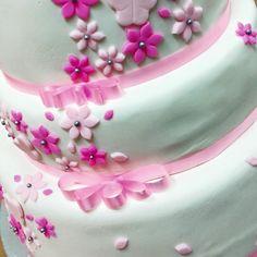 ¡Hicimos esta hermosa torta decorada con fondant para el bautizo de una niña!