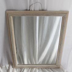 Mørkt spejl malet med Old White og givet lys og mørk voks blandet sammen i lige dele og vokset og aftørret med det samme igen. Voksen gav mere spil i mønstrene på kanten af spejlet.