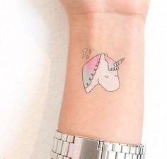 Pónganse tatuajes temporales que no se harían en la vida real.   19 Ideas originales para hacer una pijamada épica con tus amigas