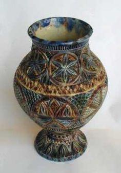 Balustervormige vaas van kerfsnee aardewerk.