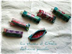 Astucci realizzati con tessuti laminati di cotone o lino misto cotone (45% cotone, 55% lino + PVC). Realizzato a mano a Forlì (Italia).