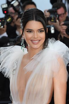 Hollywood Actress Kendall Jenner Hot Photos At Girls of the Sun Premiere at the Cannes Film Festival. Kylie Jenner Outfits, Kendall Jenner Make Up, Trajes Kylie Jenner, Kardashian Kollection, Kardashian Jenner, Maquillage Kendall Jenner, Kendalll Jenner, Estilo Jenner, Red Carpet Hair