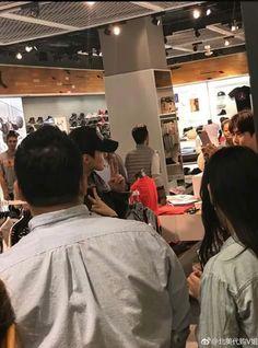 Fans Encounter EXO Members In New York City! | Koogle TV