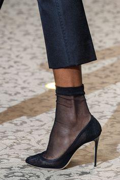 Le scarpe di moda per l Autunno Inverno 2018 2019 viste alle sfilate sono i  modelli che vorremmo avere SUBITO. Vestito Con Stivali NeriAbiti ... e7a892493a0