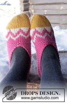 """DROPS Easter: Knitted DROPS slippers with Nordic pattern worked from toe up in """"Nepal"""". Size 35 - 42 Free pattern by DROPS Design. Knitting Videos, Knitting Charts, Knitting Stitches, Knitting Socks, Knitting Patterns Free, Free Knitting, Free Pattern, Crochet Patterns, Knitted Slippers"""