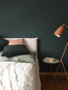 Willkommen im Indian-SoLebIch-Summer! Die schönsten Wohn- und Dekoideen aus dem Oktober | SoLebIch.de  Foto: Nikogwendo  #einrichtung #schlafzimmer #dekoration #deko #interior #interiordecor #bedroom #dunkelgrün #dunkel #grün #orange