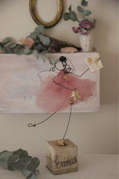 Il tuo angelo ti conosce bene e sa per cosa batte il tuo cuoreL'angelo delle proprie passioni poggia su un cubo in legno dipinto a mano e reca la scritta Love o Noel in oroCiascuno è confez...