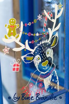 A funny cute reindeer with a gingerbread man and a Christmas decoration. Beautiful window decoration ideas with chalk markers for Christmas are available in B Christmas Bedroom, Christmas Time, Christmas Crafts, Christmas Decorations, Xmas, Ideas Decoracion Navidad, Christmas Information, Decoration Vitrine, Rena