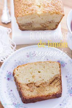 Blondie cake de limón crujiente: en el fondo lleva una capa de blondie jugoso, después una capa de galletas de limón y por encima el bizcocho de limón más suave y esponjoso que hayas probado nunca...