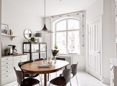 Soft and cozy apartment (Daily Dream Decor) Dining Room Inspiration, Interior Inspiration, Dining Area, Dining Table, Kitchen Dining, Oval Table, Wood Table, Kitchen Decor, Table Lamp