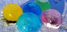Tolla Kälte-Experiment! Luftballons mit gefärbtem Wasser füllen und über Nacht draußen lassen: Ergebnis Eisballons.