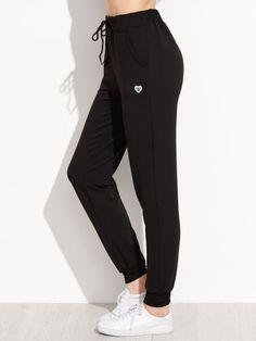 Pantalones con cordón en cintura y estampado corazón - negro