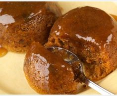 Malva Pudding Recipe A sweet pudding of Dutch origin, Malva Pudding is usually served hot with custard or ice-cream. Made with apricot jam, this typical South African dessert has a spongy, caramelised texture. British Desserts, Italian Desserts, Bakewell Tart, Malva Pudding, Pudding Cake, Easy Pudding Recipes, Dessert Recipes, Easy Recipes, Pie Recipes