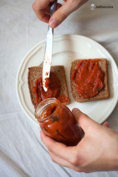 Składniki: 8 czerwonych papryk 2 nieduże bakłażany 1 mała, ostra papryka 2 łyżki winnego octu łyżeczka miodu ząbek czosnku sól i pieprz oliwa  http://www.jadlonomia.com/2012/10/najprostszy-przepis-na-ajvar.html