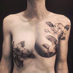 Un tatuador oculta maravillosamente las cicatrices producidas por un cáncer de mama